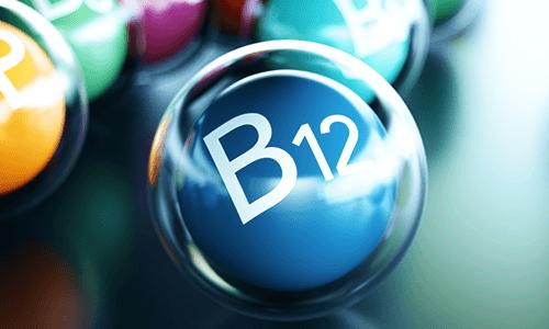 Blaue Kugel mit der Beschriftung B12. Vitamin B12