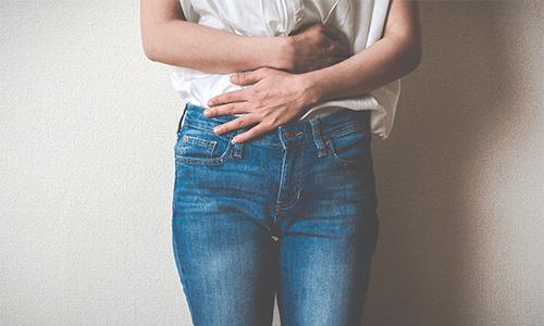 Eierstockzyste oder Ovarialzyste entfernen Frau hält sich Taille