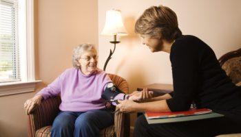 Blutdruck erhoehen, alte Frau, Blutdruckmessung, Ärztin