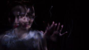 Bewusstseinsstoerungen, Frau mit ausgestrecktem Arm, dunkel, verschwommen