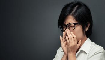 Kreuzallergien, Allergie, Frau niest