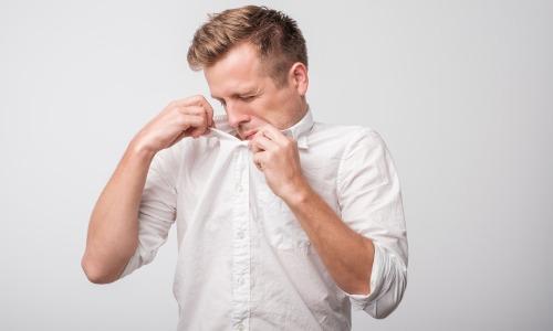 Schwitzen Geruch Mann richt Achsel
