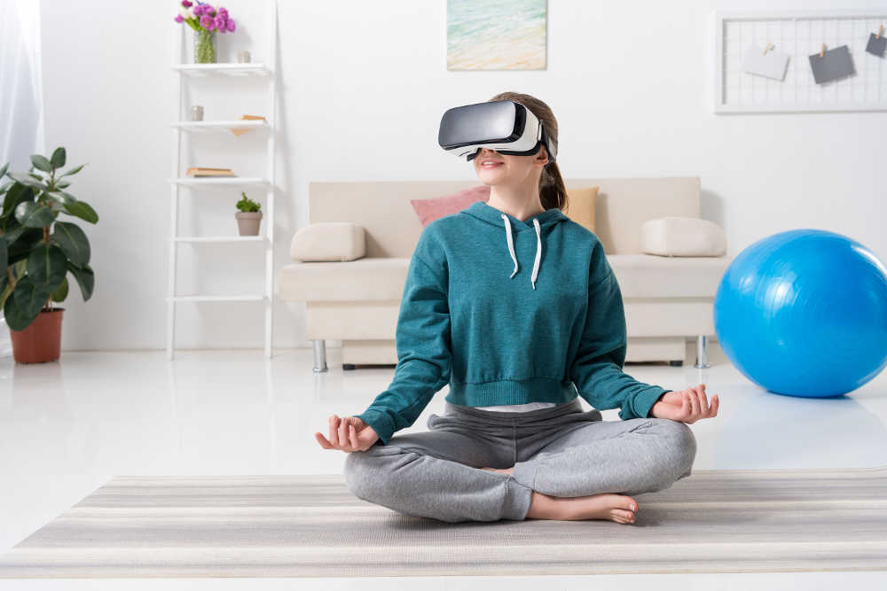 Frau meditiert mit Virtual Reality Brille