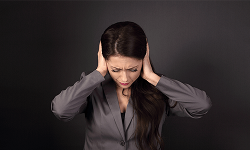 Panikstörung, Panikattacke Frau hält Ohren zu