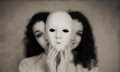 Mädchen mit Schizophrenie hält Maske doppelt