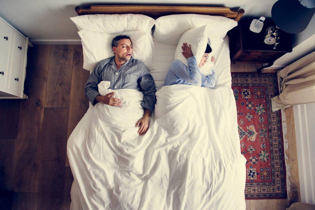 Mann schnarcht im Bett