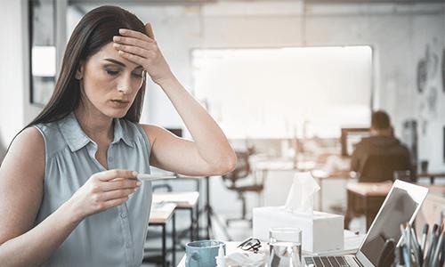 Erkältung Anzeichen Frau hält Stirn