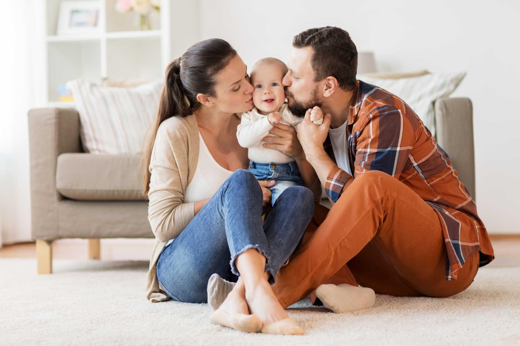 Familie mit Kind nutzt Gesundheitstelefon
