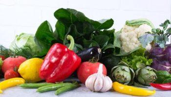 Bunte frische Gemüse liegen auf einer Tischplatte