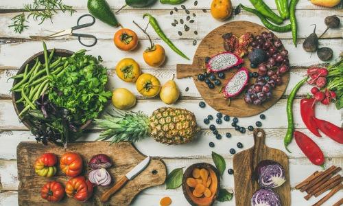 Obst und Gemüse liegen auf einem Holztisch