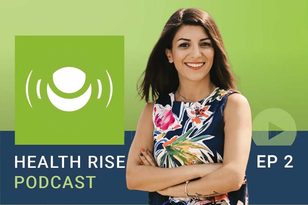 Lachende Frau wirbt für Ihr Health Rise Podcast