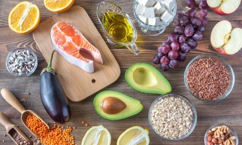 Obst, Gemüse, Lachs, Samen und Nüsse zum Cholesterin senken