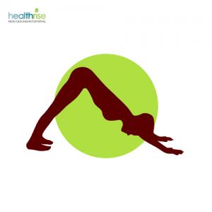 Frau beugt seitlich vor grünem Punkt mit Yogastellung
