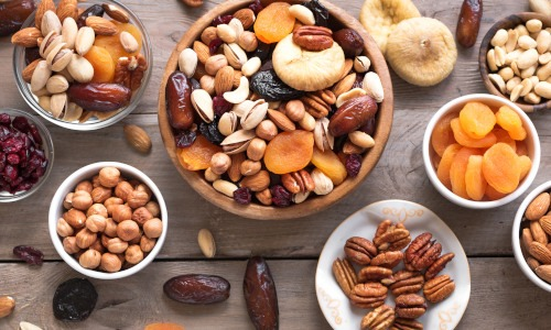 Holzplatte Schalen mit Nüssen und Trockenfrüchten