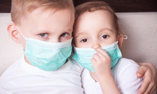 Kinder mit Scharlach, frontal tragen Mundschutz
