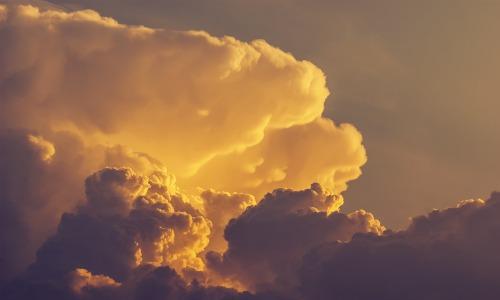 dunkle Wolkenformation die für Wetterumschwung und Wetterfühligkeit steht
