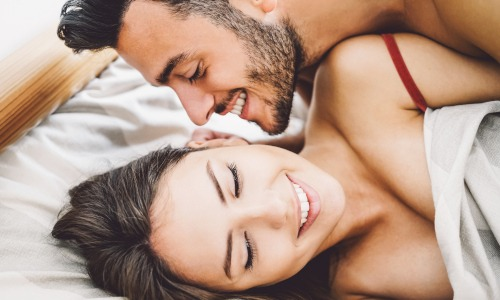 heterosexuelles Liebespaar im Bett. Hormonfreie Verhütung