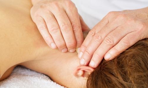 Handgriffe bei ostheopatische Behandlung im Nacken