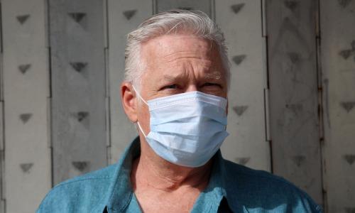 Mann blaues Hemd mit Schutzmaske