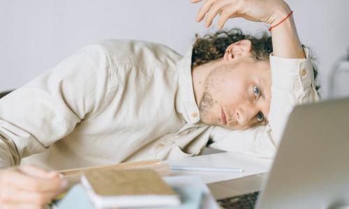 Burnout durch Homeoffice? Anstieg von Stress durch Homeoffice und Isolation